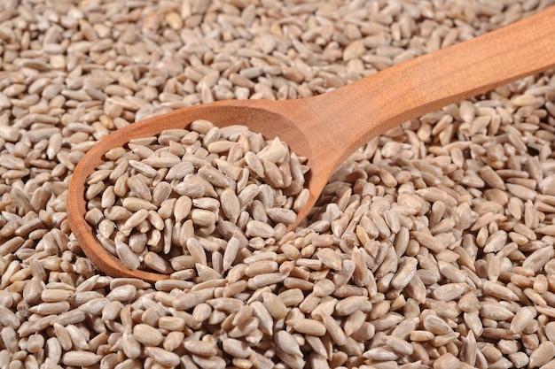 Oczyszczone nasiona słonecznika w łyżce