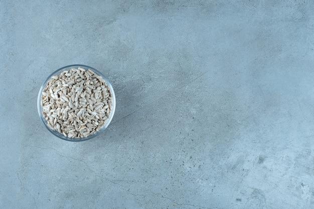 Oczyszczone nasiona słonecznika w szklanym kubku. zdjęcie wysokiej jakości
