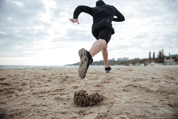 Od dołu obraz biegacz na plaży widok z tyłu