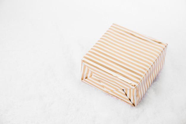 Od góry strzał z jasnych giftboxes ozdobione wstążką r. na białym śniegu