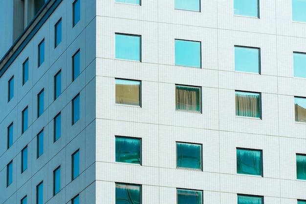 Od spodu panoramiczny i perspektywiczny widok na wieżowce wieżowców ze stalowego niebieskiego szkła