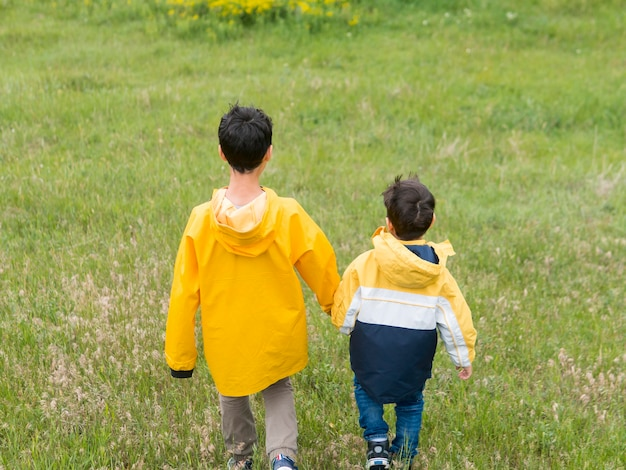 Od tyłu bracia trzymają się za ręce