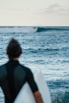 Od tyłu strzał surfer człowieka na zewnątrz