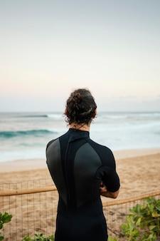 Od tyłu surfer człowieka strzału na zewnątrz