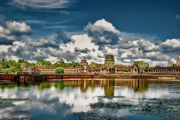 Odbicie chmur w jeziorze i świątyni angkor wat w kambodży