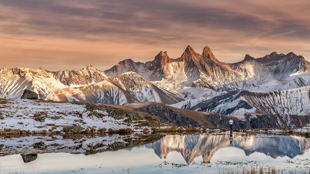 Odbicie góry o zachodzie słońca w alpach