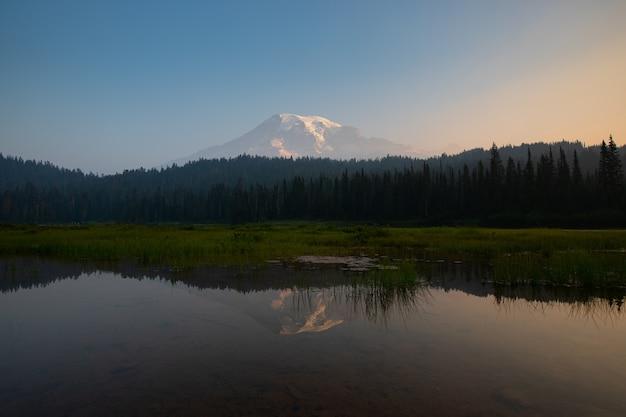 Odbicie jezioro podczas wschodu słońca przy góra dżdżystym parkiem narodowym waszyngton