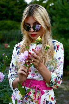 Odbicie kwiatu w okularach dziewczyny