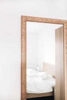 Odbicie łóżka w lustrze