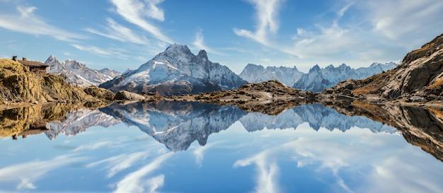 Odbicie mont blanc na jeziorze w wysokich górach w francuskich alps, chamonix.