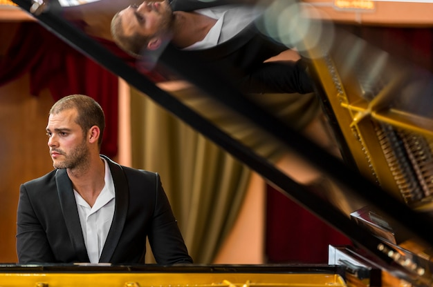 Odbicie muzyka na fortepianie