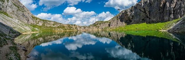 Odbicie nieba w alpejskim jeziorze boe, niedaleko corvary, w dolomitach val badia