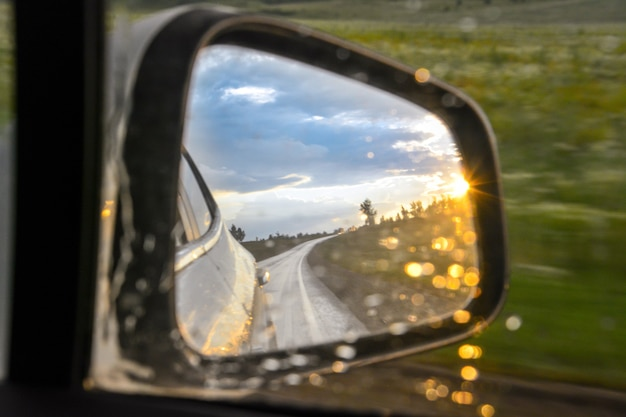 Odbicie samochodu i światła słonecznego