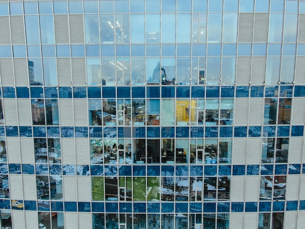 Odbicie ulicy na szklanej elewacji budynku ze stali