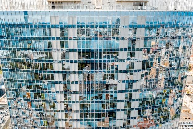 Odbicie ulicy na szklanej fasadzie budynku ze stali