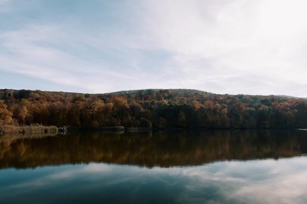 Odbicie w jeziorze rano