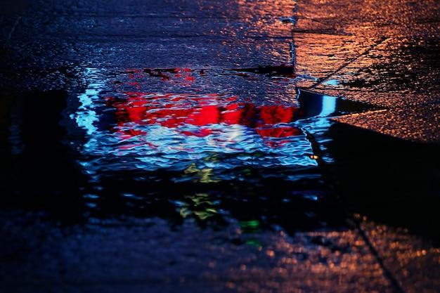Odbicie w kałuży po deszczu reklama