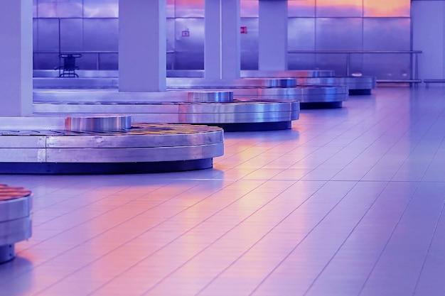 Odbiór bagażu pusty pas bagażowy na lotnisku.