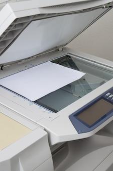 Odbitkowa maszyna i papier odizolowywający na bielu