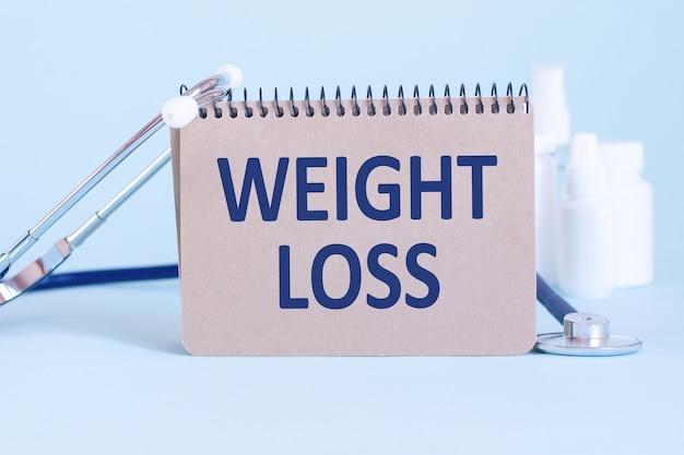 Odchudzanie - diagnoza zapisana na białej kartce papieru. leczenie i zapobieganie chorobom. pojęcie medyczne. selektywna ostrość