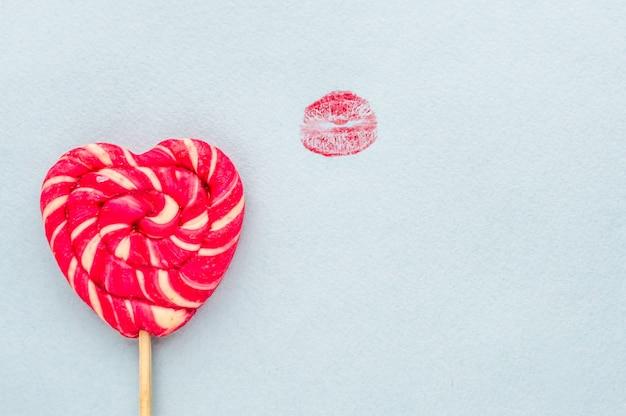 Odcisk dużych cukierków i czerwonych ust. koncepcja loda, seks oralny.