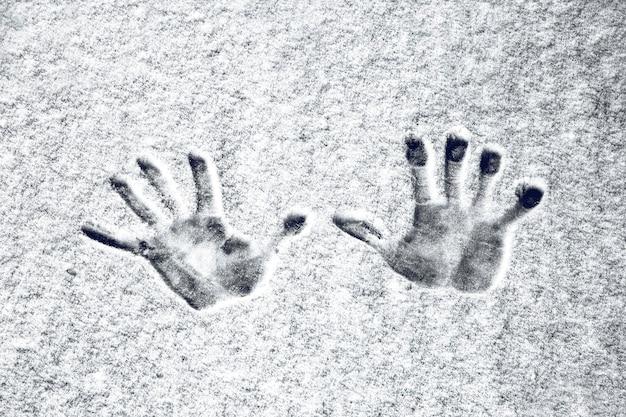 Odciski dłoni na śniegu, obraz w tle