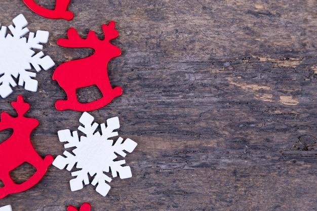 Odczuwane boże narodzenie dekoracje kłaść na drewnianym tle. świąteczny jeleń, płatek śniegu