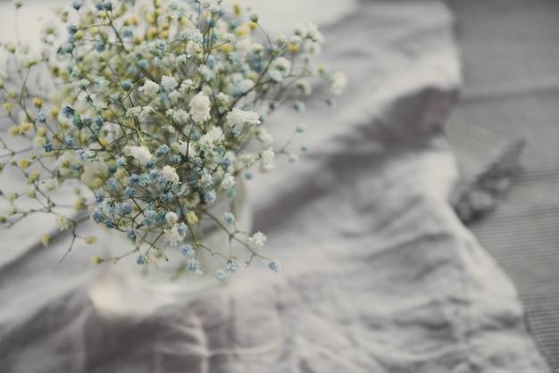 Oddech dziecka łyszczec kwiaty zbliżenie, niewyraźne, selektywne skupienie