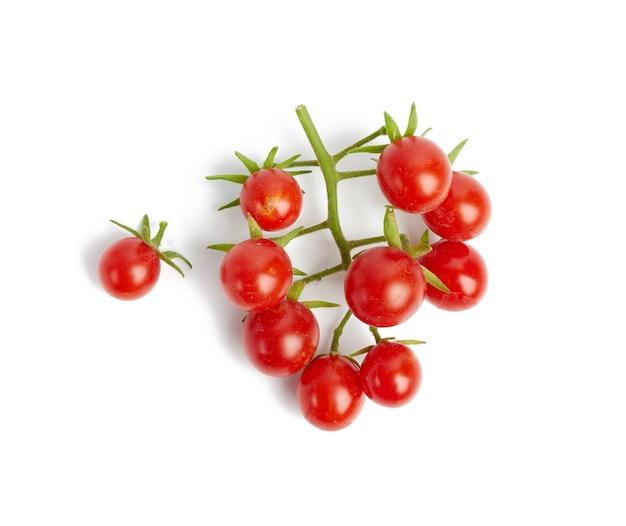 Oddział z czerwonych dojrzałych pomidorów cherry, owoce na białym tle