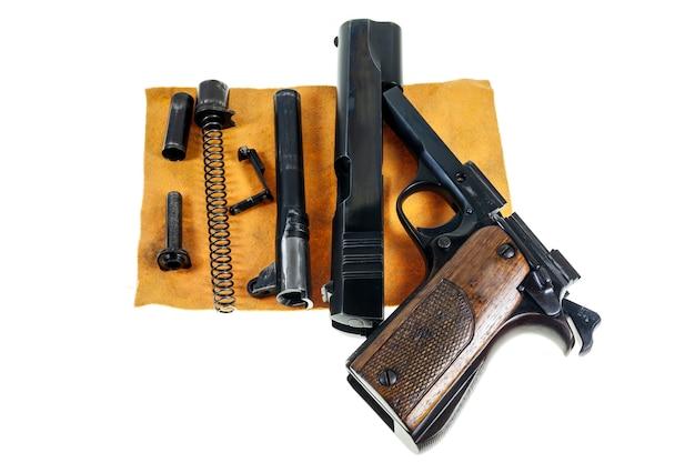Oddzielne części pistoletu kaliber 11 mm.