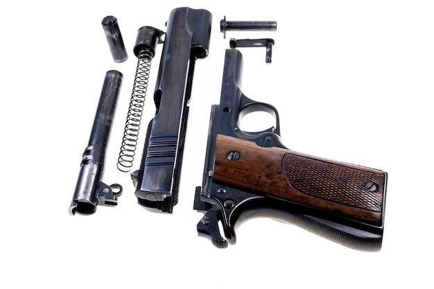 Oddzielne części pistoletu kalibru 11 mm.