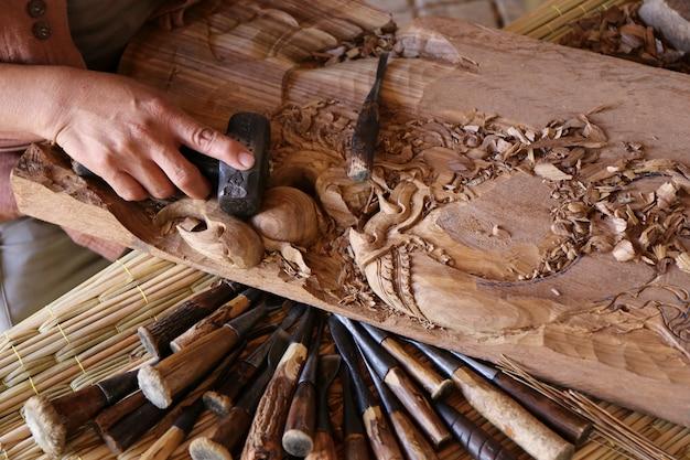 Oderwać dłut stolarz narzędzie pracy drewniany stół