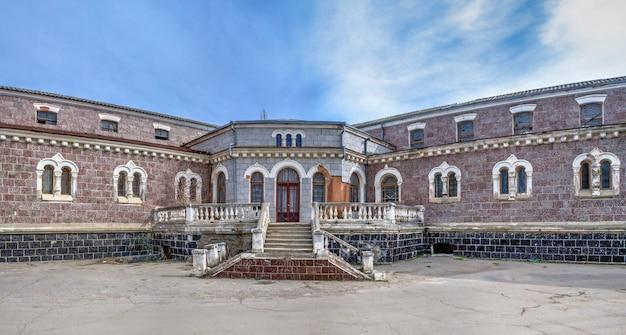 Odessa, ukraina 03.08.2020. stare historyczne opuszczone sanatorium kuyalnik w odessie na ukrainie w wiosenny dzień