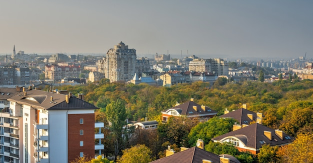 Odessa, ukraina 03.08.2020. widok z góry na park szewczenki w odessie na ukrainie w słoneczny wiosenny dzień