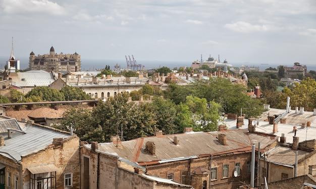 Odessa, ukraina - 09 września 2018: widok z lotu ptaka na dachy i stare dziedzińce odessy. widok na odessę z dachu. budynki starego miasta