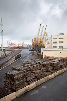 Odessa, ukraina - 10 września 2018: morski przemysłowy port handlowy. strefa przemysłowa portu morskiego w odessie. dźwigi kontenerowe. terminal kontenerowy cargo morskiego portu przemysłowego.