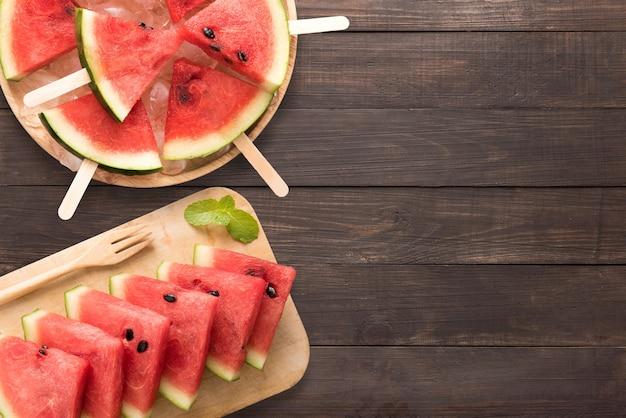 Odgórnego widoku arbuza i arbuza zdrowy lody na drewnianym tle. copyspace dla tekstu.