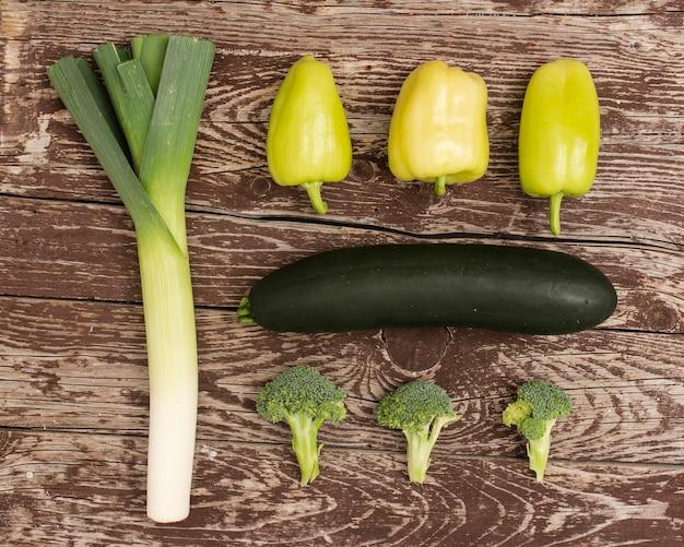Odgórnego widoku artystyczny obrazek warzywa na stole