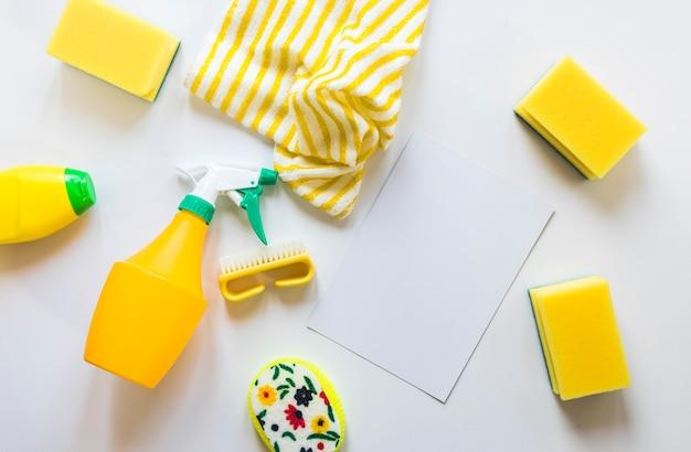 Odgórnego widoku asortyment z cleaning produktami na białym tle