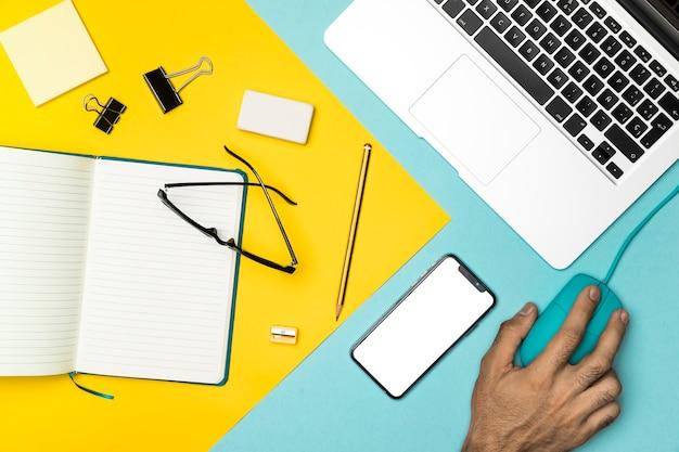 Odgórnego widoku biurowy biurko z mockup smartphone