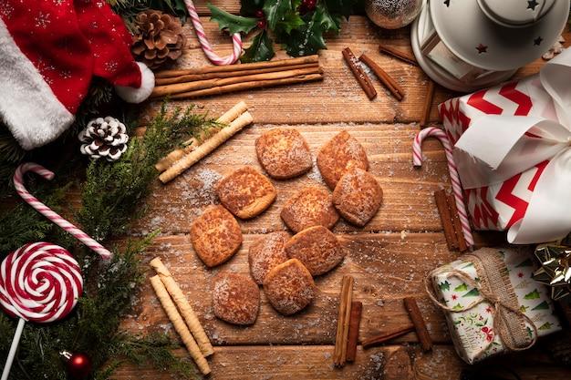 Odgórnego widoku bożych narodzeń ciastka z drewnianym tłem