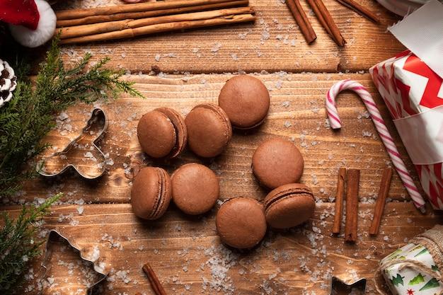 Odgórnego widoku brązu macaroons z drewnianym tłem
