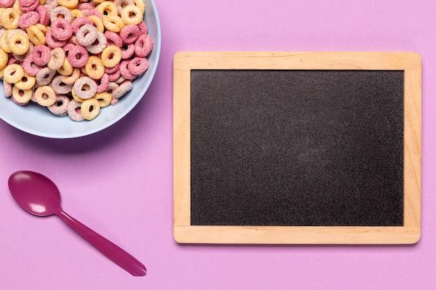 Odgórnego widoku chalkboard i zboża z kopii przestrzeni tłem