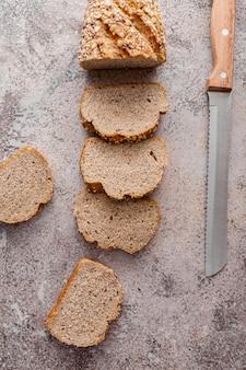 Odgórnego widoku chleb na sztukateryjnym tle