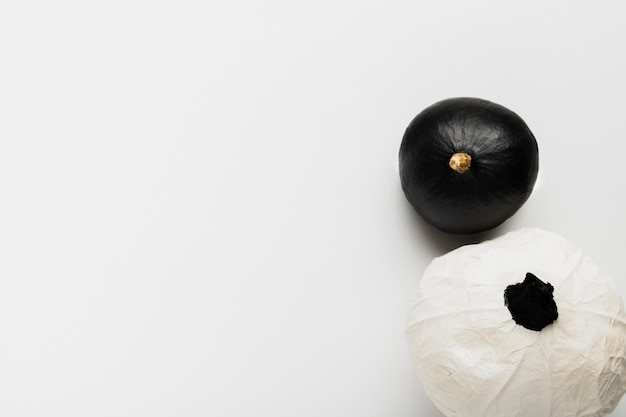 Odgórnego widoku czarny i biały banie na białym tle