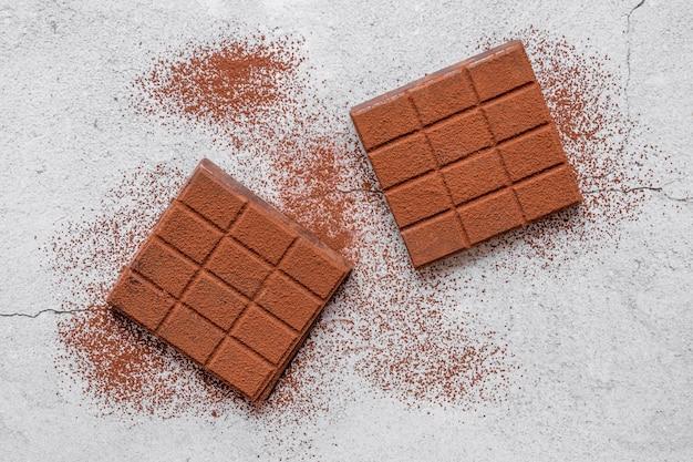 Odgórnego widoku czekoladowy asortyment na lekkim tle