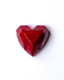 Odgórnego widoku czekoladowy kształtny czerwony serce na bielu