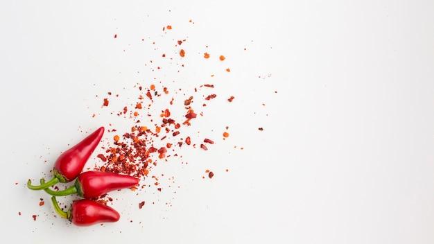 Odgórnego widoku czerwony pieprz i ziarna na stole
