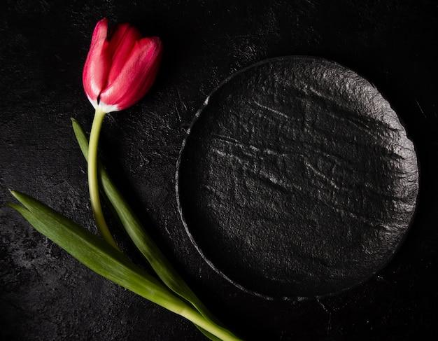 Odgórnego widoku czerwony tulipan na stole