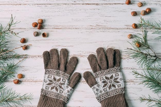 Odgórnego widoku dekoracja z rękawiczkami na drewnianym tle